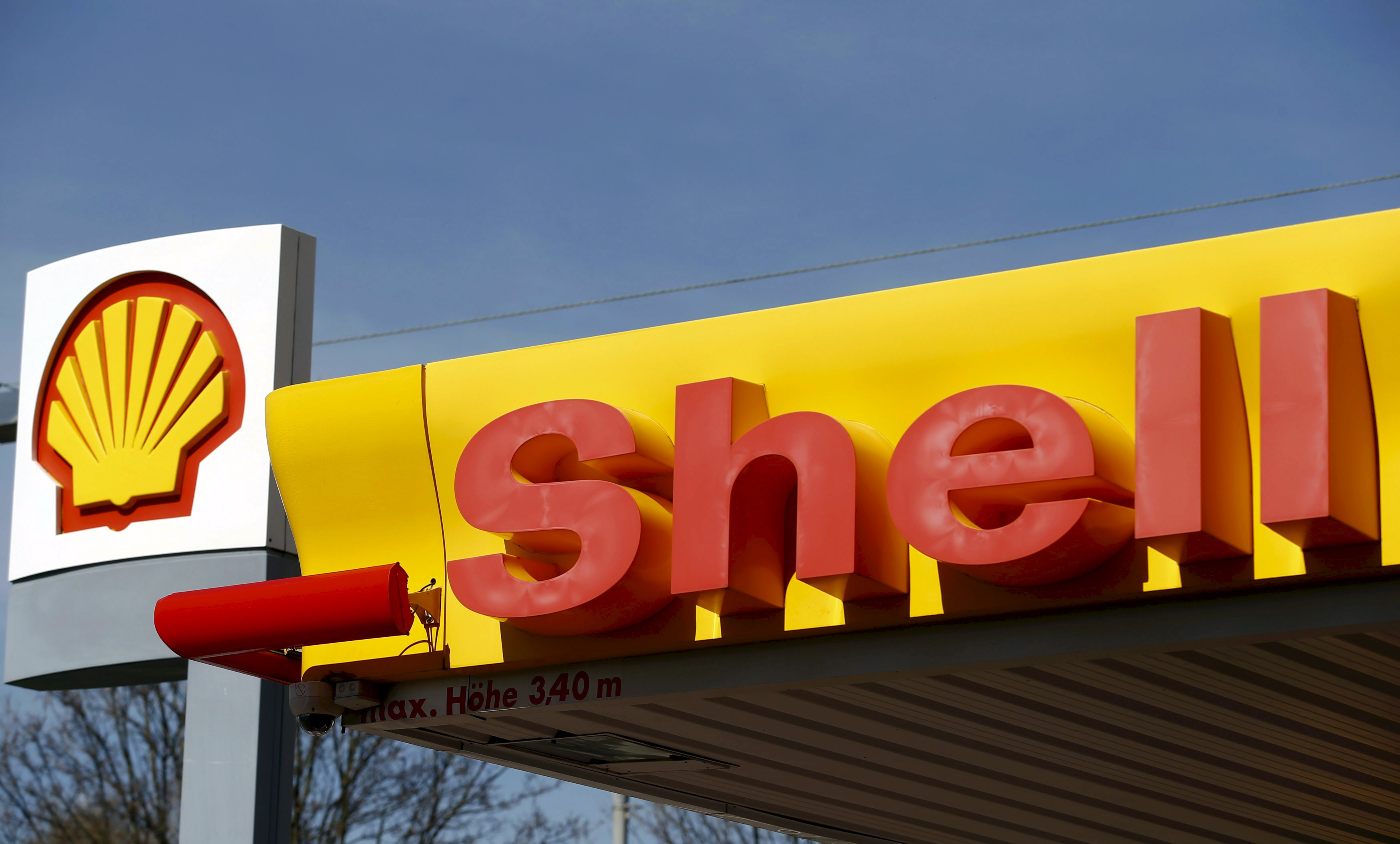 Shell's company logo is pictured at a gas station in Zurich in this April 8, 2015 file photo. Royal Dutch Shell, Europe's largest oil company, reported its lowest annual income in at least 13 years on February 4, 2016 as slumping oil prices hit profits. REUTERS/Arnd Wiegmann/Files