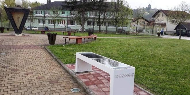 Na dvije lokacije u Velikoj Kladuši postavljene pametne solarne klupe