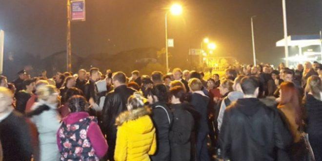 PORUKA NARODA VLASTIMA- da izmjesti migrante iz centra Bihaća: Blokirana magistralna cesta Bihać-Sarajevo