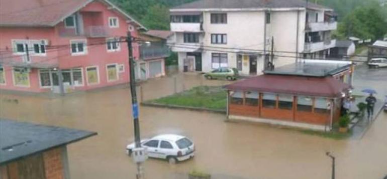 OBILNE PADAVINE PROUZROKOVALE POPLAVE U BIH:Na saobraćajnici Bosanski Novi-Prijedor jeusporen promet vozilazbog nakupljene vode