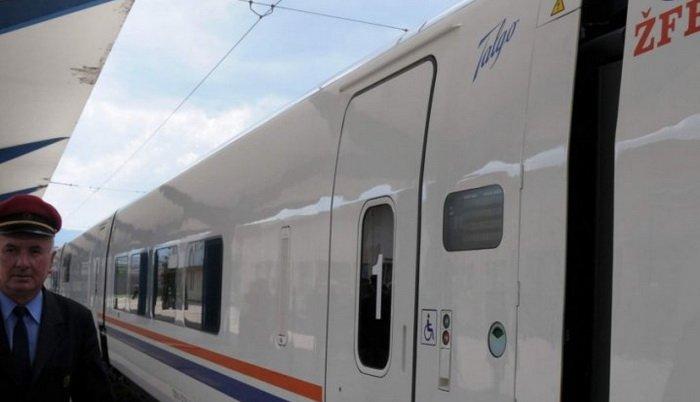 Migranti iz Tuzle vozom, preko Doboja i Banjaluke, krenuli do Bihaća