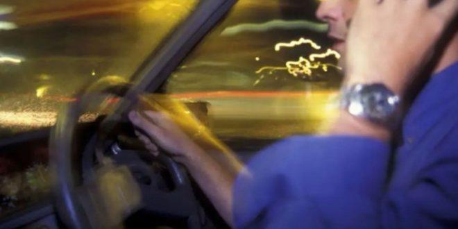 Češao lice za volanom pa dobio kaznu